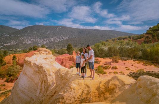 En famille au Colorado Provençal © Michel PLANQUE
